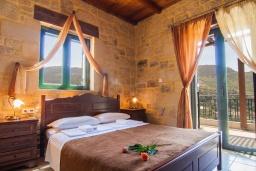 Спальня. Греция, Фаласарна : Прекрасная вилла с видом на море, с 3 спальнями, с бассейном, зелёным двориком, джакузи и барбекю