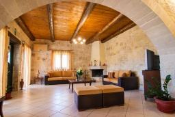 Гостиная. Греция, Фаласарна : Прекрасная вилла с видом на море, с 3 спальнями, с бассейном, зелёным двориком, джакузи и барбекю