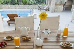 Обеденная зона. Греция, Ханья : Роскошная современная вилла с 7-ю спальнями, с большим бассейном, и зелёным садом с фруктами и овощами, с виноградником, барбекю, дровяной печью и патио