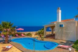 Фасад дома. Греция, Ханья : Уютная вилла с шикарным видом на море, с 3 спальнями, с бассейном, с тенистой террасой и барбекю