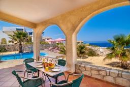 Терраса. Греция, Ханья : Уютная вилла с шикарным видом на море, с 3 спальнями, с бассейном, с тенистой террасой и барбекю