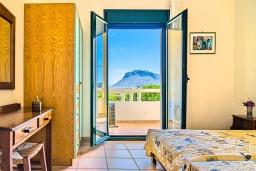 Спальня. Греция, Ханья : Уютная вилла с шикарным видом на море, с 3 спальнями, с бассейном, с тенистой террасой и барбекю