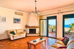 Гостиная. Греция, Ханья : Уютная вилла с шикарным видом на море, с 3 спальнями, с бассейном, с тенистой террасой и барбекю