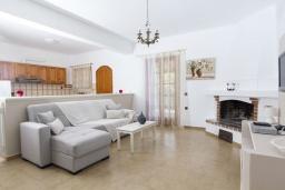 Гостиная. Греция, Каливес : Комфортабельная вилла с видом на море, с 3 спальнями, с бассейном и зелёным двориком