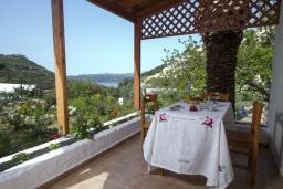 Терраса. Греция, Каливес : Комфортабельная вилла с видом на море, с 3 спальнями, с бассейном и зелёным двориком