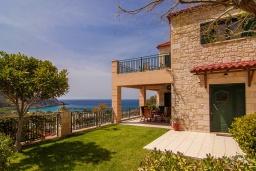 Фасад дома. Греция, Фаласарна : Прекрасная вилла с видом на море, с 2 спальнями, с бассейном, зелёным двориком, тенистой террасой с патио и барбекю