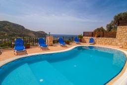 Бассейн. Греция, Фаласарна : Прекрасная вилла с видом на море, с 2 спальнями, с бассейном, зелёным двориком, тенистой террасой с патио и барбекю