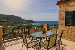 Обеденная зона. Греция, Фаласарна : Прекрасная вилла с видом на море, с 2 спальнями, с бассейном, зелёным двориком, тенистой террасой с патио и барбекю