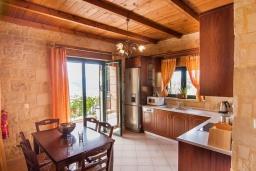 Гостиная. Греция, Фаласарна : Прекрасная вилла с видом на море, с 2 спальнями, с бассейном, зелёным двориком, тенистой террасой с патио и барбекю