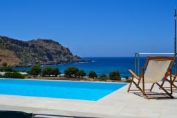 Бассейн. Греция, Фаласарна : Роскошная современная вилла с панорамным видом на море, с 3 спальнями, с бассейном, детским бассейном, тенистой террасой с патио и барбекю