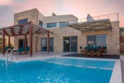 Фасад дома. Греция, Фаласарна : Роскошная современная вилла с панорамным видом на море, с 3 спальнями, с бассейном, детским бассейном, тенистой террасой с патио и барбекю