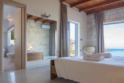 Спальня. Греция, Фаласарна : Роскошная современная вилла с панорамным видом на море, с 3 спальнями, с бассейном, детским бассейном, тенистой террасой с патио и барбекю
