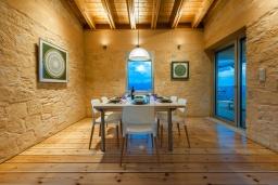 Обеденная зона. Греция, Каливес : Роскошная современная вилла с панорамным видом на море, с 4 спальнями, с большим бассейном, зелёной лужайкой и барбекю