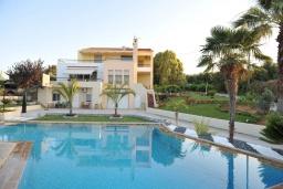 Фасад дома. Греция, Скалета : Шикарная вилла с 6-ю спальнями, бассейном, зелёной территорией, детской площадкой, баскетбольной площадкой, патио и барбекю