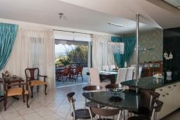 Кухня. Греция, Скалета : Шикарная вилла с 6-ю спальнями, бассейном, зелёной территорией, детской площадкой, баскетбольной площадкой, патио и барбекю