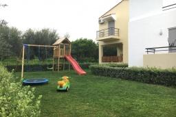Детская площадка. Греция, Скалета : Шикарная вилла с 6-ю спальнями, бассейном, зелёной территорией, детской площадкой, баскетбольной площадкой, патио и барбекю