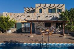 Фасад дома. Греция, Элафониси : Прекрасная вилла с видом на море, с 4 спальнями, с бассейном, патио и барбекю