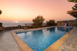 Бассейн. Греция, Элафониси : Традиционная каменная вилла с панорамным видом на море, с 4 спальнями, с бассейном, патио и барбекю