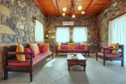 Гостиная. Греция, Элафониси : Традиционная каменная вилла с панорамным видом на море, с 4 спальнями, с бассейном, патио и барбекю