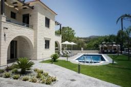 Фасад дома. Греция, Коккино Хорио : Современная вилла с 4 спальнями, с бассейном, зелёным двориком, террасой с патио, беседкой с каменным барбекю и сауной
