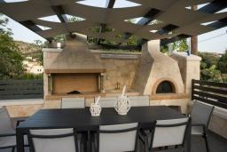 Обеденная зона. Греция, Коккино Хорио : Современная вилла с 4 спальнями, с бассейном, зелёным двориком, террасой с патио, беседкой с каменным барбекю и сауной
