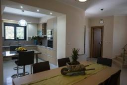 Кухня. Греция, Коккино Хорио : Современная вилла с 4 спальнями, с бассейном, зелёным двориком, террасой с патио, беседкой с каменным барбекю и сауной