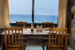 Обеденная зона. Греция, Элафониси : Уютная вилла с панорамным видом на море, с 2 спальнями, с с бассейном, приватным двориком, тенистой террасой с патио и барбекю