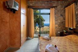 Спальня. Греция, Элафониси : Уютная вилла с панорамным видом на море, с 2 спальнями, с с бассейном, приватным двориком, тенистой террасой с патио и барбекю