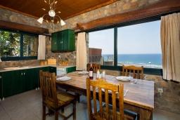 Кухня. Греция, Элафониси : Уютная вилла с панорамным видом на море, с 2 спальнями, с с бассейном, приватным двориком, тенистой террасой с патио и барбекю