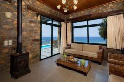 Гостиная. Греция, Элафониси : Уютная вилла с панорамным видом на море, с 2 спальнями, с с бассейном, приватным двориком, тенистой террасой с патио и барбекю