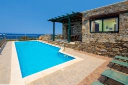 Фасад дома. Греция, Элафониси : Уютная вилла с панорамным видом на море, с 2 спальнями, с с бассейном, приватным двориком, тенистой террасой с патио и барбекю