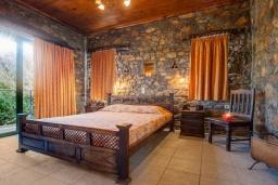 Спальня. Греция, Элафониси : Комфортабельная каменная вилла с панорамным видом на море, с 2 спальнями, с бассейном, тенистой террасой, барбекю, расположена в 300 метрах от пляжа