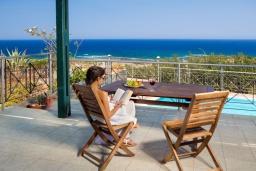 Зона отдыха у бассейна. Греция, Элафониси : Комфортабельная каменная вилла с панорамным видом на море, с 2 спальнями, с бассейном, тенистой террасой, барбекю, расположена в 300 метрах от пляжа