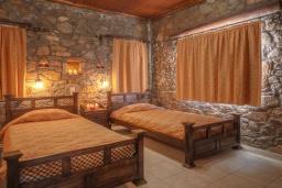 Спальня 2. Греция, Элафониси : Комфортабельная каменная вилла с панорамным видом на море, с 2 спальнями, с бассейном, тенистой террасой, барбекю, расположена в 300 метрах от пляжа
