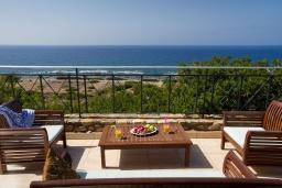 Патио. Греция, Элафониси : Прекрасная вилла с видом на море, с 2 спальнями, 2 бассейнами, солнечной террасой с патио и барбекю