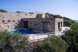 Фасад дома. Греция, Элафониси : Прекрасная вилла с видом на море, с 2 спальнями, 2 бассейнами, солнечной террасой с патио и барбекю