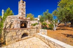Территория. Греция, Ханья : Роскошная вилла с панорамным видом на Ханью, с 5 спальнями,  бассейном и зелёной территорией, детской площадкой и барбекю