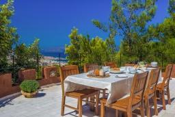 Обеденная зона. Греция, Ханья : Роскошная вилла с панорамным видом на Ханью, с 5 спальнями,  бассейном и зелёной территорией, детской площадкой и барбекю