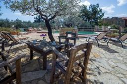 Зона отдыха у бассейна. Греция, Ханья : Роскошная вилла с панорамным видом на Ханью, с 5 спальнями,  бассейном и зелёной территорией, детской площадкой и барбекю