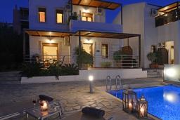 Фасад дома. Греция, Георгиуполис : Прекрасная вилла с панорамным видом на озеро и Белые горы, с 2-мя спальнями, с бассейном, тенистой террасой с патио и барбекю