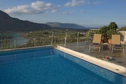 Бассейн. Греция, Георгиуполис : Прекрасная вилла с панорамным видом на озеро и Белые горы, с 2-мя спальнями, с бассейном, тенистой террасой с патио и барбекю