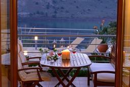 Патио. Греция, Георгиуполис : Прекрасная вилла с панорамным видом на озеро и Белые горы, с 2-мя спальнями, с бассейном, тенистой террасой с патио и барбекю