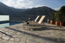 Зона отдыха у бассейна. Греция, Георгиуполис : Потрясающая вилла с панорамным видом на озеро и Белые горы, с 2-мя спальнями, с бассейном, террасой с патио и барбекю