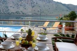 Патио. Греция, Георгиуполис : Потрясающая вилла с панорамным видом на озеро и Белые горы, с 2-мя спальнями, с бассейном, террасой с патио и барбекю