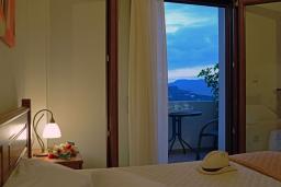 Спальня. Греция, Георгиуполис : Потрясающая вилла с панорамным видом на озеро и Белые горы, с 2-мя спальнями, с бассейном, террасой с патио и барбекю