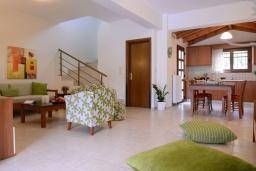 Кухня. Греция, Георгиуполис : Потрясающая вилла с панорамным видом на озеро и Белые горы, с 2-мя спальнями, с бассейном, террасой с патио и барбекю