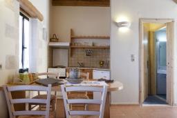 Кухня. Греция, Георгиуполис : Каменный дом с видом на море и горы, в комплексе с общим бассейном, приватной террасой, патио и барбекю