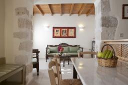 Гостиная. Греция, Георгиуполис : Каменный дом в комплексе с бассейном, с отдельной спальней и террасой и барбекю