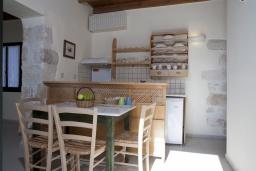 Кухня. Греция, Георгиуполис : Каменный дом в комплексе с бассейном, с отдельной спальней и террасой и барбекю
