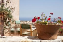 Терраса. Греция, Георгиуполис : Каменный дом в комплексе с бассейном, с отдельной спальней и террасой и барбекю